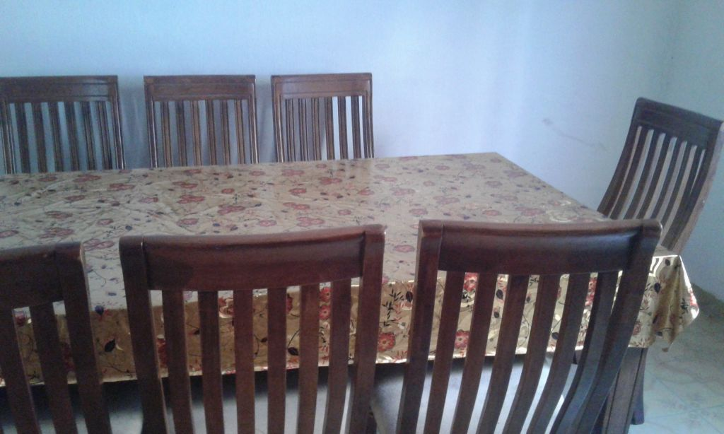 Table, 6 chaises et 2 chaises capitaine