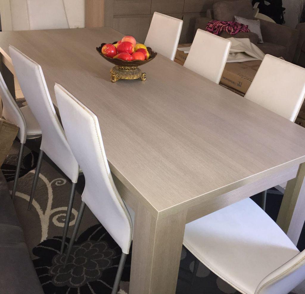 Table a manger avec ses huits chaises