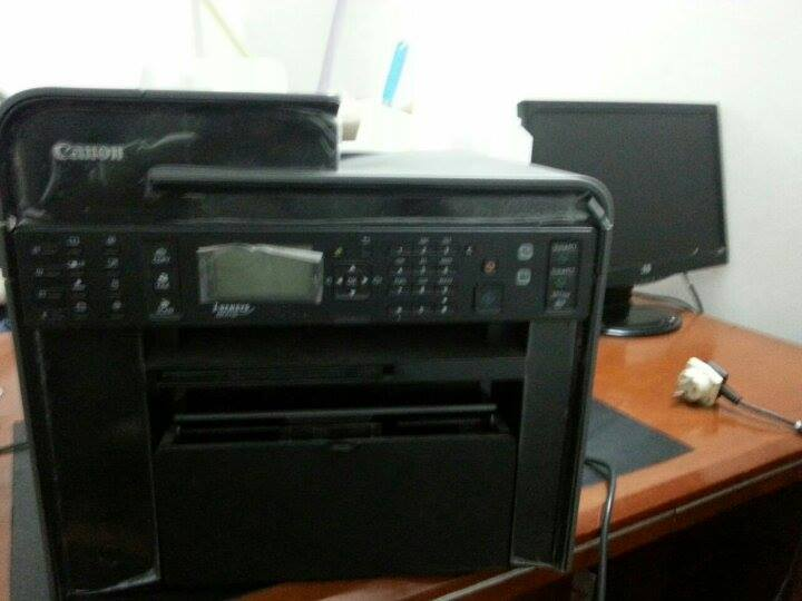 Deux imprimantes et de bureaux sans fauteuil
