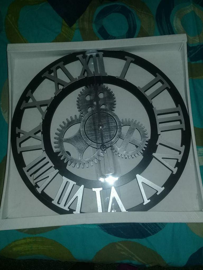 Une très grande horloge à vendre neuve