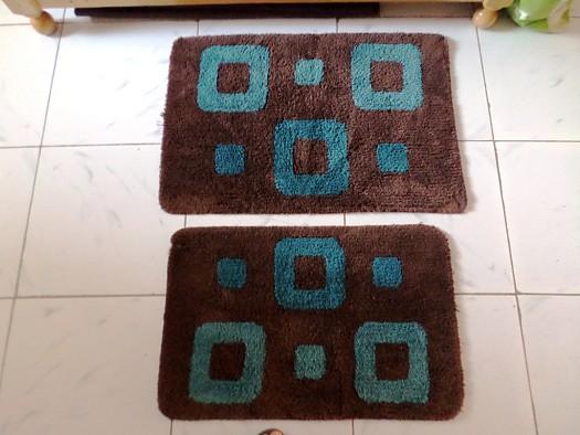 2 tapis de bain marron et bleu à Djibouti