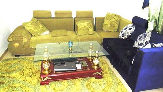 salon jaune et bleu avec tapis et rideaux djibouti. Black Bedroom Furniture Sets. Home Design Ideas