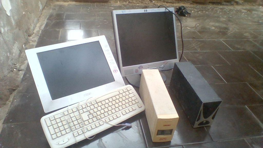2 ordinateurs, écran plat et 2 onduleurs