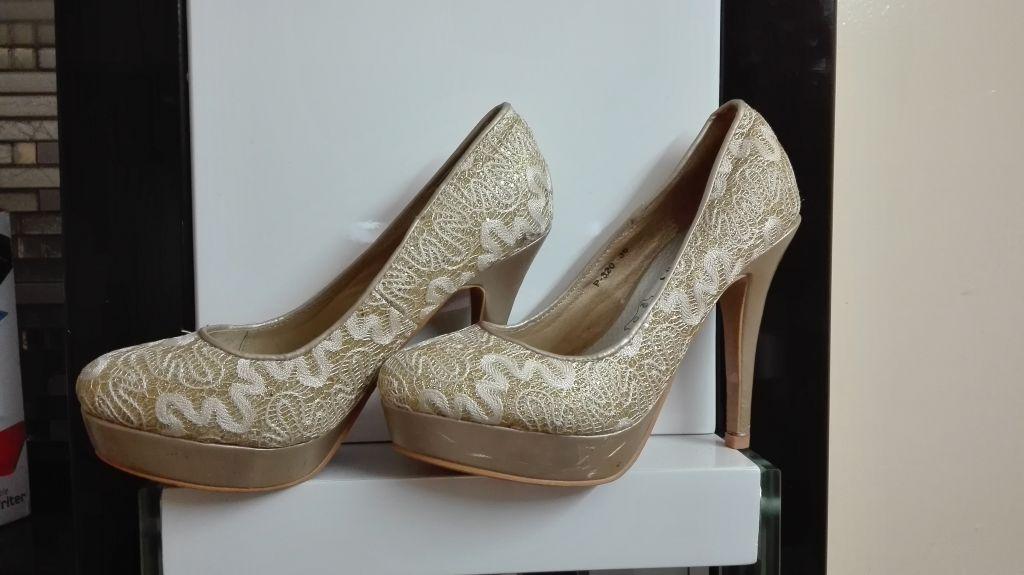 Chaussures à talons dorés