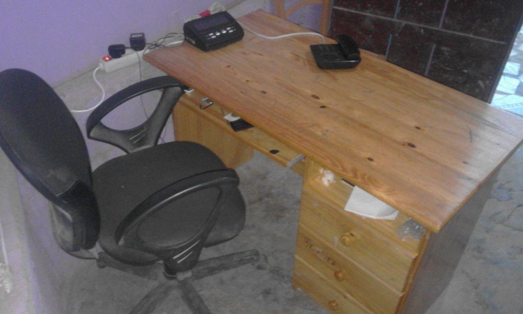 table avec sa chaise djibouti. Black Bedroom Furniture Sets. Home Design Ideas