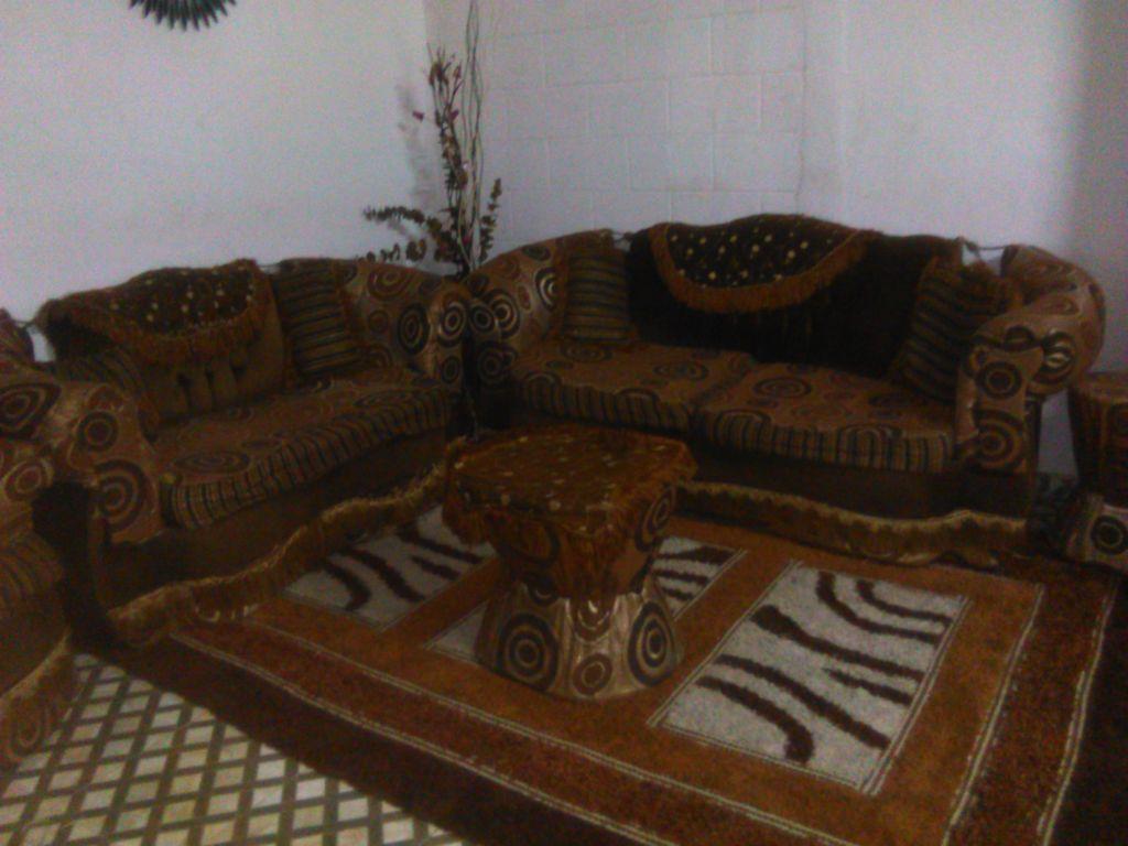 Meuble de salon tout nouveau avec une salle a manger et un tapis tout neuf - Tapis de salon a vendre ...
