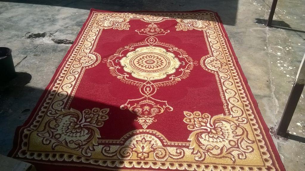 tapis rouge tres bon etat