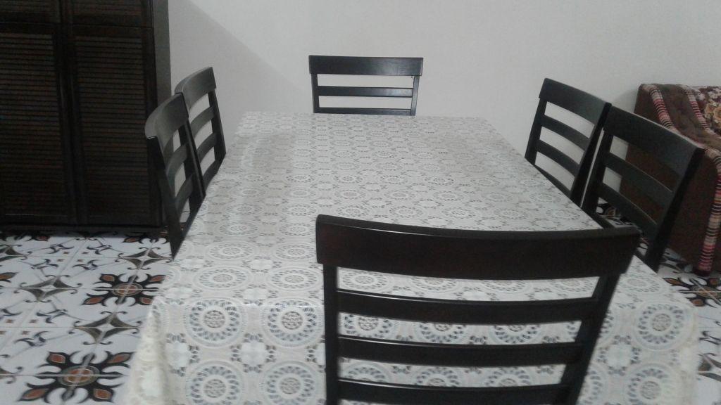 Table 6 chaises avec housse integr e en bois noir djibouti for Table avec 6 chaises