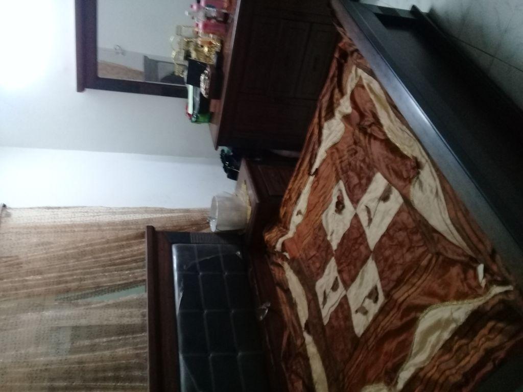 Chambre à coucher complete sans matelas est très bon état