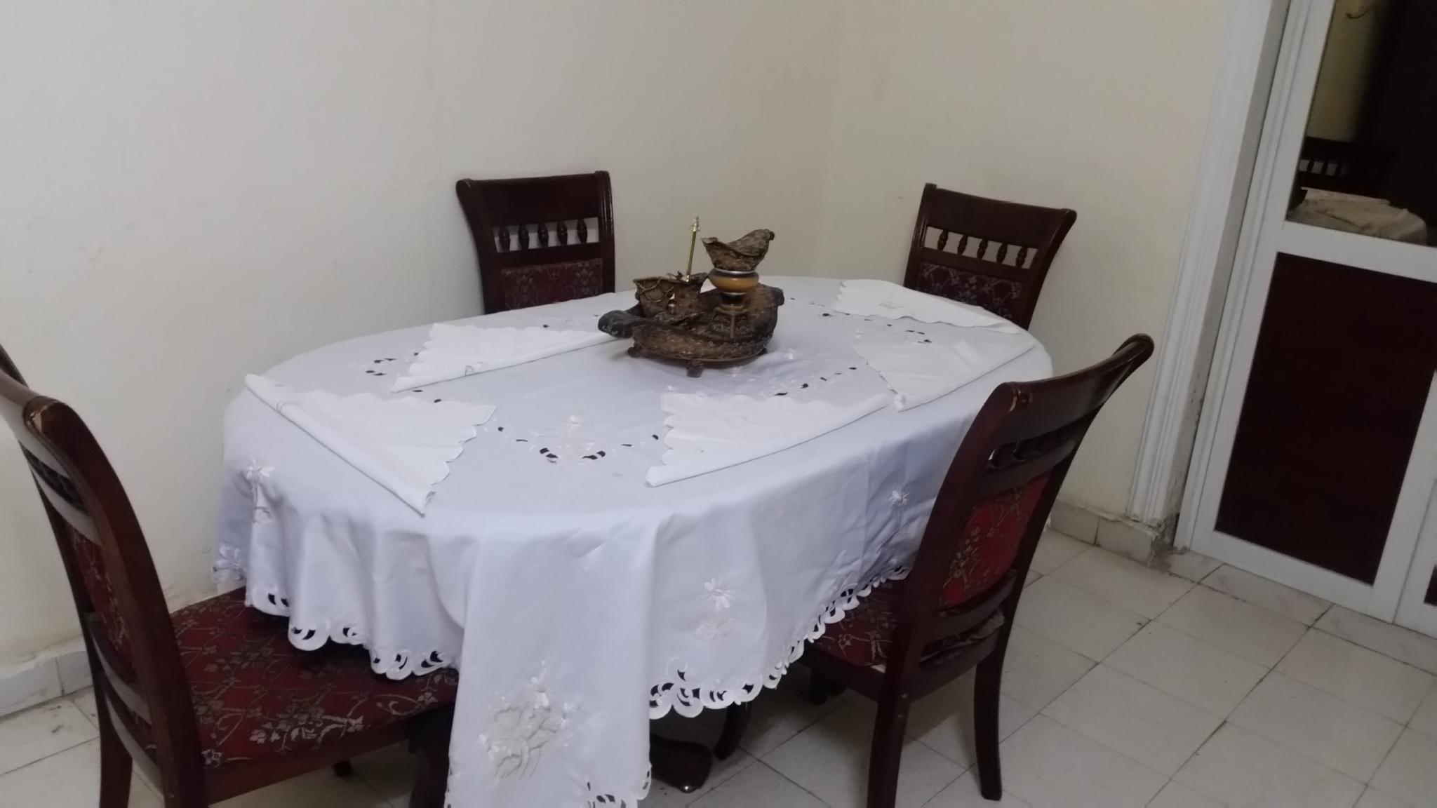 Je vend une table à manger avec ces 4 chaises et un living