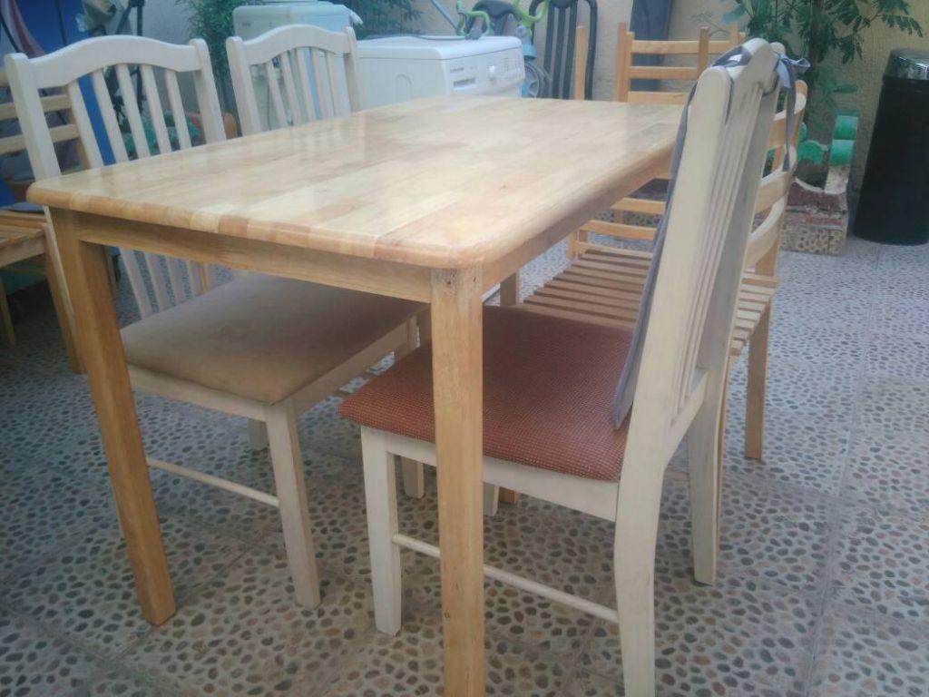 Grande table avec quatre chaises djibouti - Table avec chaises encastrables ...
