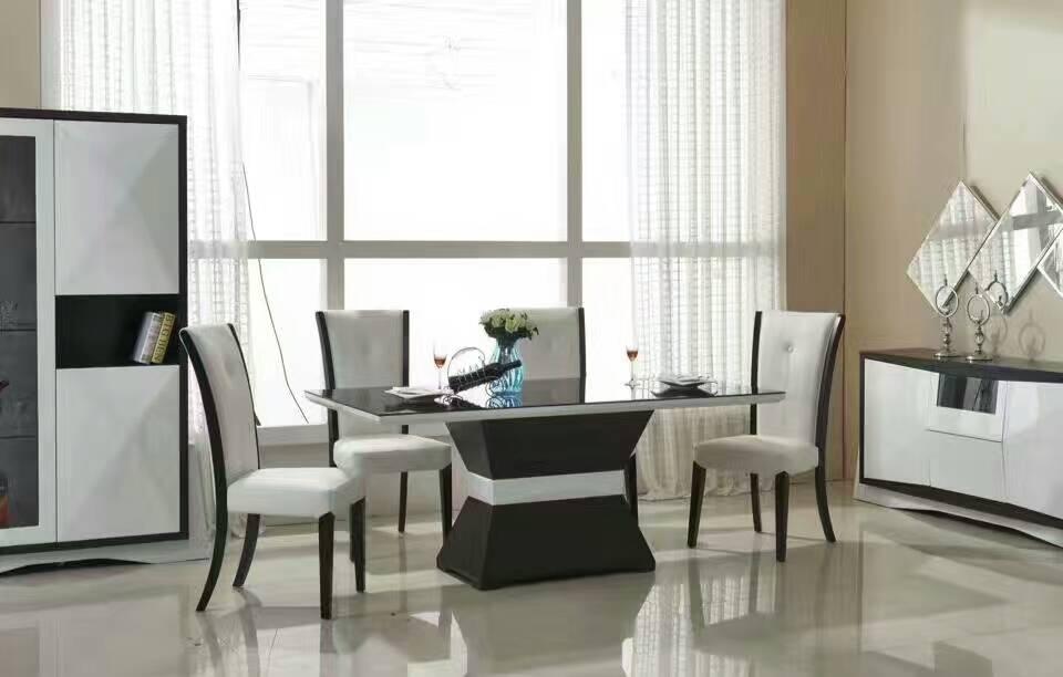 Table à manger avec accessoires