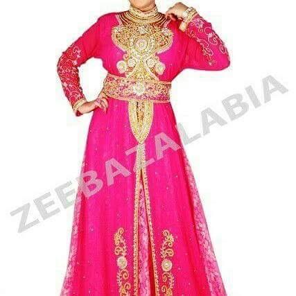 Vêtements orientaux usés à vendre à bon prix pour le Ramadan