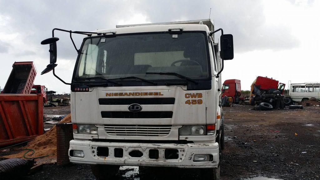 camion benne Nissan UD