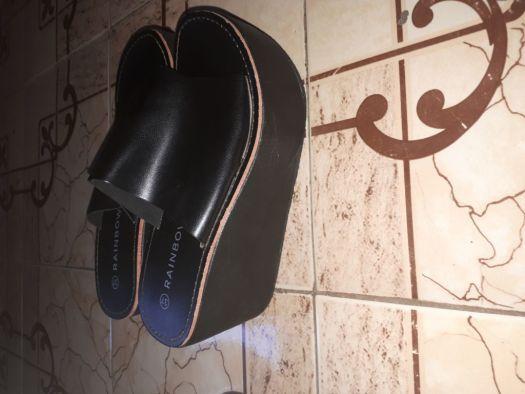 vende une paire de chaussure en talon compens djibouti. Black Bedroom Furniture Sets. Home Design Ideas